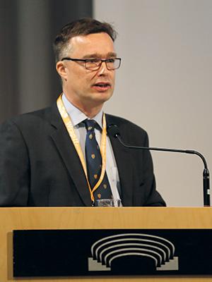 Pakkausyhdistyksen toimitusjohtaja Antro Säilä avasi ensimmäisen kerran pidettävän perinteisen Packaging Summitin Lahden Sibeliustalossa.