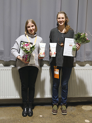 Summit palkinnon voittaneet Petra Paatero (oikealla) ja Daria Ivanova olivat syystäkin onnellisia saavutuksestaan. Ruokahävikkiä estävä yhden litran jugurttipakkaus Yogård sai palkintolautakunnalta parhaan arvosanat.